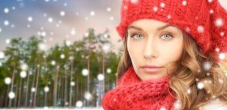 Femme dans le chapeau et l'écharpe au-dessus de la forêt d'hiver photos libres de droits