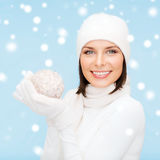 Femme dans le chapeau, l'écharpe et les gants avec la boule de Noël Images stock