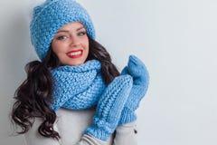 Femme dans le chapeau, l'écharpe et des mitaines d'hiver Photos stock