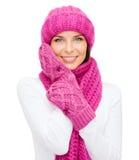 Femme dans le chapeau, le silencieux et des mitaines photographie stock libre de droits