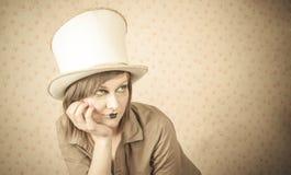 Femme dans le chapeau supérieur blanc et un maquillage créatif photo stock