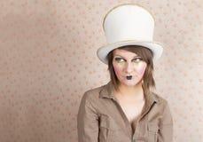 Femme dans le chapeau supérieur blanc et un maquillage créatif photographie stock libre de droits