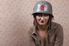 Femme dans le chapeau supérieur blanc et un maquillage créatif photos libres de droits