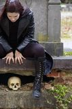 Femme dans le cimetière Image stock