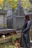 Femme dans le cimetière Photographie stock