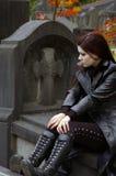 Femme dans le cimetière Photos stock