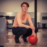 Femme dans le club de roulement avec la boule à disposition prête à jouer la grève photo libre de droits