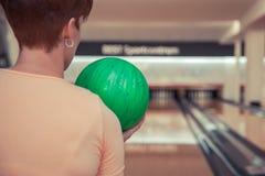 Femme dans le club de roulement avec la boule à disposition prête à jouer la grève images stock