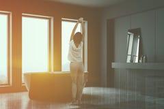 Femme dans le coin gris de salle de bains photos libres de droits