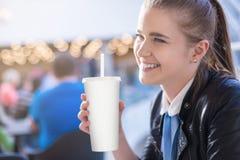 Femme dans le coke potable d'aliments de préparation rapide Photo libre de droits
