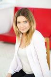 Femme dans le costume blanc avec le regard doux images stock