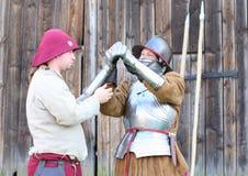 Femme dans le costume de bataille de la Renaissance Photo libre de droits