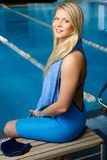 Femme dans le costume de natation près de la piscine images libres de droits