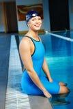 Femme dans le costume de natation près de la piscine images stock