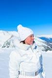 Femme dans le costume de ski sur un fond des montagnes Photos libres de droits
