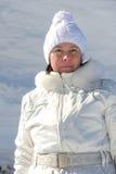 Femme dans le costume de ski sur un fond des montagnes Photo libre de droits