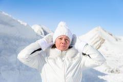 Femme dans le costume de ski sur un fond des montagnes Images libres de droits