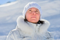 Femme dans le costume de ski sur un fond des montagnes Image libre de droits