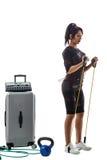 Femme dans le costume de SME faisant l'exercice avec l'extenseur Photo libre de droits