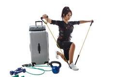Femme dans le costume de SME faisant l'exercice avec l'extenseur Photographie stock