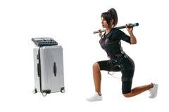 Femme dans le costume de SME faisant l'exercice de mouvement brusque Photos stock