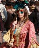 Femme dans le costume et masque posant au carnaval à Venise, Italie Photo libre de droits