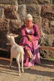 Femme dans le costume médiéval avec la chèvre de bonne d'enfants Images stock