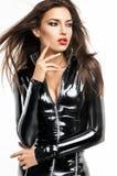 Femme dans le costume noir de fétiche images stock