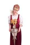 Femme dans le costume russe avec la pain-boucle image stock