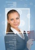 Femme dans le costume, tenant le passeport, regardant l'appareil-photo, souriant image libre de droits