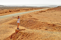 Femme dans le désert Images stock