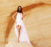 Femme dans le désert Photo stock