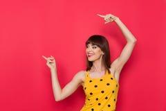 Femme dans le dessus de réservoir pointillé par jaune se dirigeant loin Photo stock
