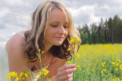Femme dans le domaine de graine de colza Image stock