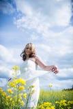Femme dans le domaine de graine de colza Image libre de droits
