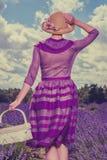 Femme dans le domaine de lavande photographie stock