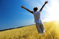 Femme dans le domaine wheaten photo libre de droits