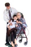 Femme dans le fauteuil roulant et le docteur photos stock