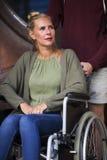 Femme dans le fauteuil roulant et un ami Photos stock