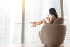 Femme dans le fauteuil, vue de profil photographie stock libre de droits