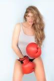 femme dans le gilet avec les gants de boxe rouges Photos libres de droits
