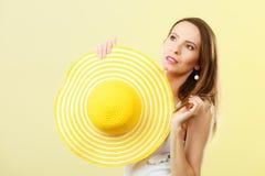 Femme dans le grand chapeau jaune d'été Image stock