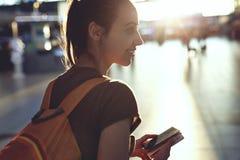 Femme dans le hall du terminal d'aéroport avec un passeport et une carte d'embarquement Photos libres de droits