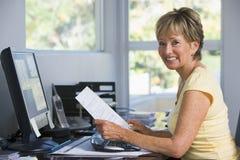 Femme dans le Home Office avec l'ordinateur et les écritures Images stock