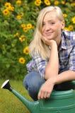 Femme dans le jardin. photographie stock libre de droits