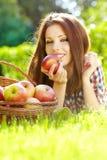 femme dans le jardin avec des pommes photographie stock libre de droits