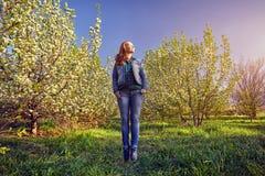 Femme dans le jardin de fleurs de cerisier Photo libre de droits