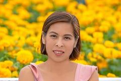 Femme dans le jardin de fleurs jaune de souci ou erecta de Tagetes chez Phu Rua, Loei en Thaïlande photo libre de droits