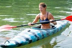 Femme dans le kayak Photos libres de droits