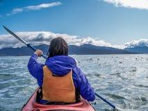 Femme dans le kayak Photo libre de droits